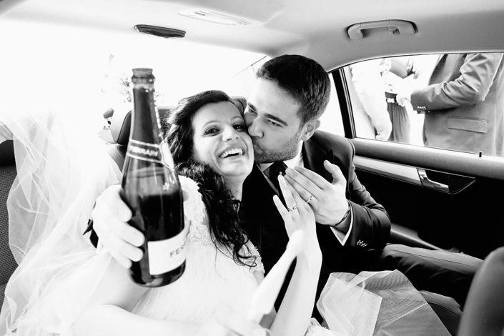 felicità, amore, brindisi degli sposi, macchina della sposa